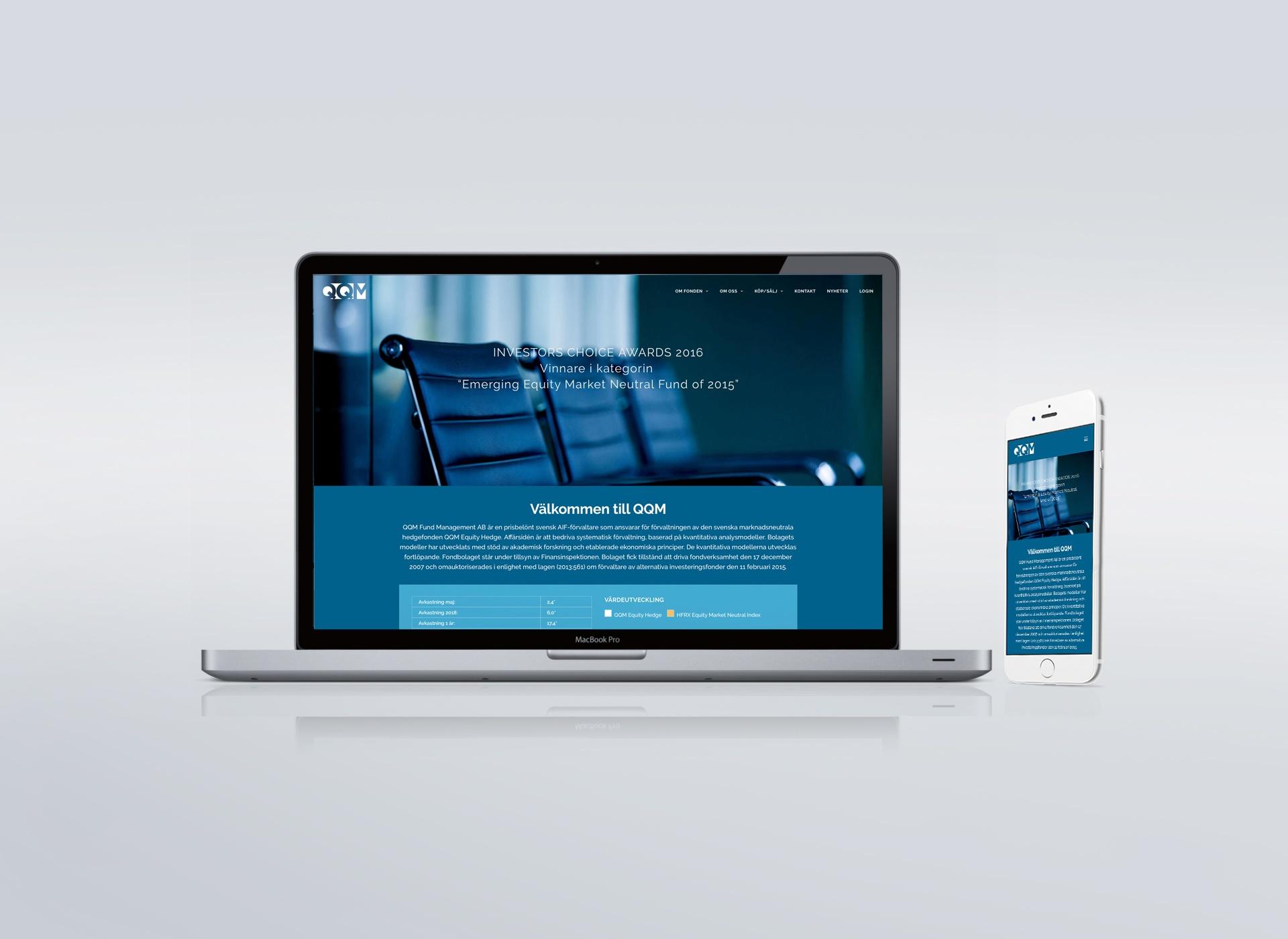 Laptop och smartphone som visar QQM:s webbplats