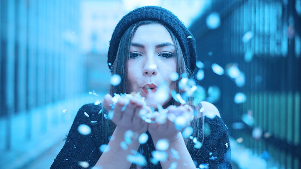 Kvinna blåser konfetti